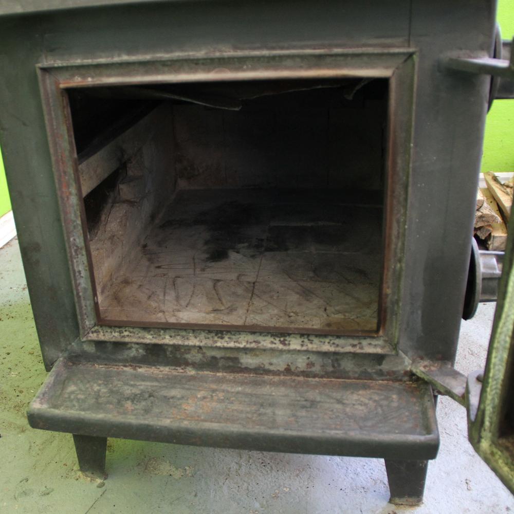 Attendre avec une brique… et un poêle à combustion lente